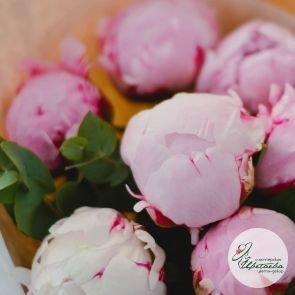 Букет из 7 розовых королевских пионов