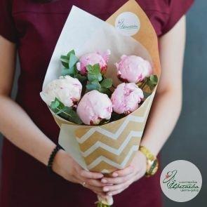 5 розовых пионов