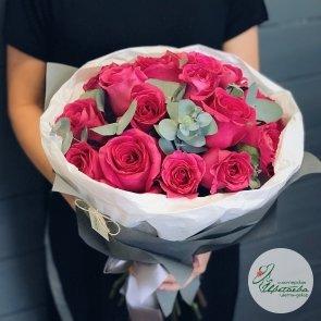 Букет из 15 малиновых роз в крафте с зеленью