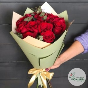 11 роз с эвкалиптом (цвет на выбор)