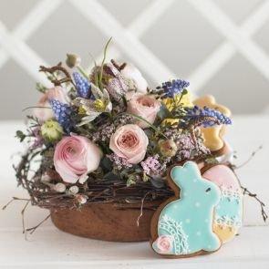 Композиция из цветов с имбирными пряниками