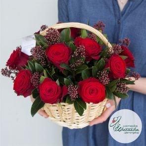 Корзина с розами c доставкой в Томске