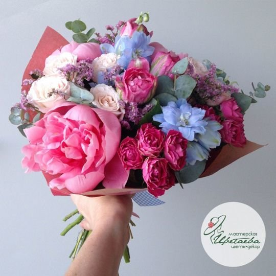 Букет «Летние краски» с розами и пионами