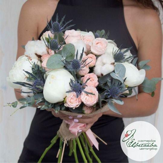 Букет с кустовыми розами и хлопком