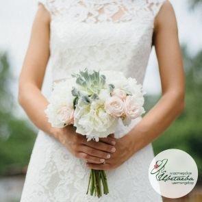 Букет невесты с белыми пионами c доставкой в Томске