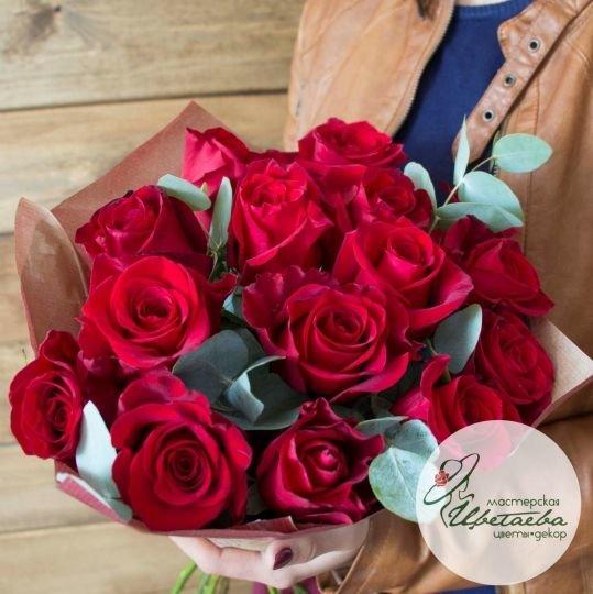 Букет из 15 красных роз с эвкалиптом в крафте