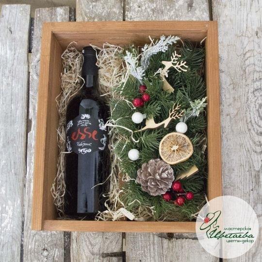 Подарочный ящик с новогодней композицией