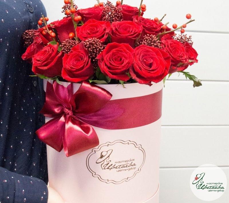 Охапка роз в шляпной коробке
