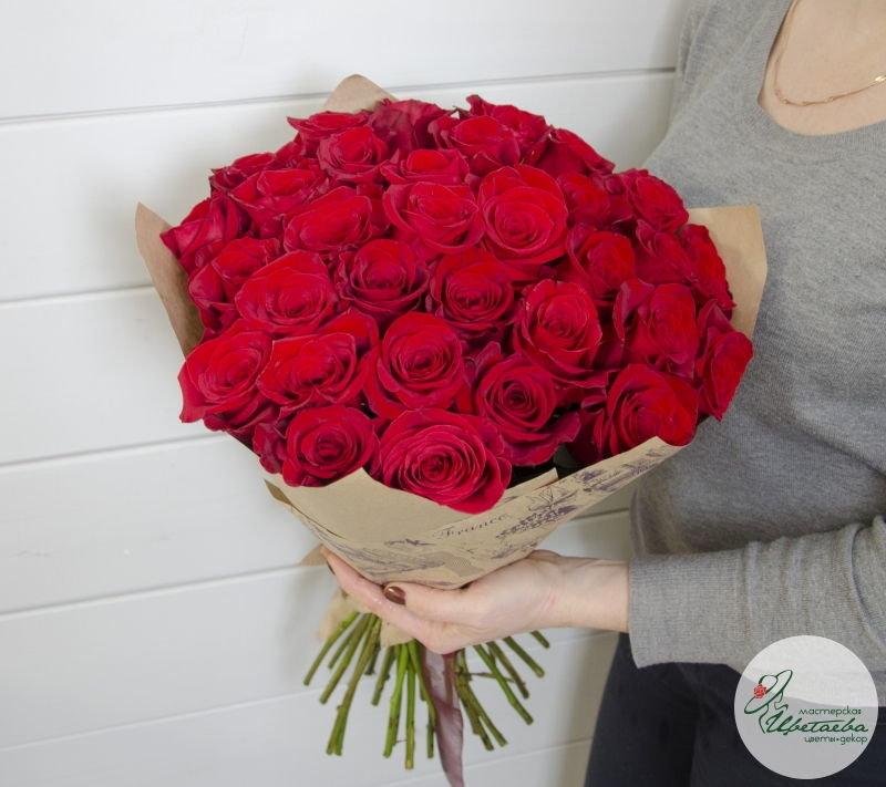 Букет из 31красной розы в руках девушки