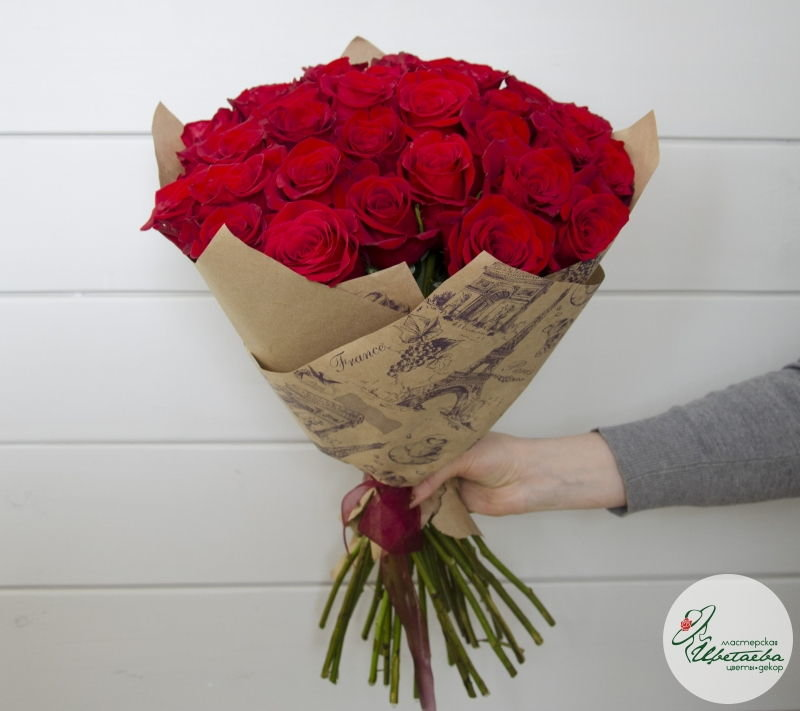 Букет из 31 красной розы вид сбоку