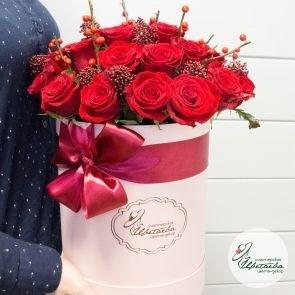 Розы в шляпной коробке c доставкой в Томске