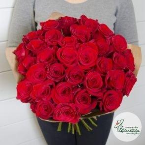 Букет из 31 красной розы вид спереди