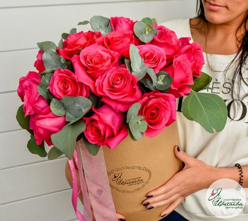 Оригинальные розы в шляпной коробке
