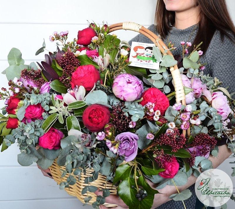 Корзина цветов в руках девушки