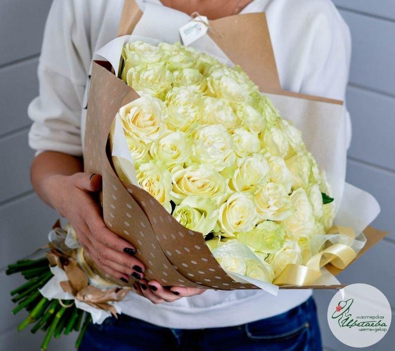 букет из 101 белой розы сбоку