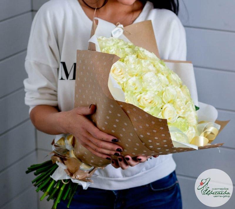 букет из 51 белой розы сбоку
