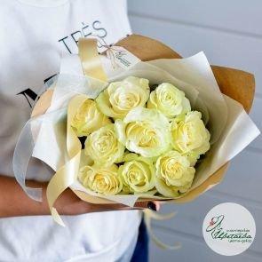 букет из 9 белых роз сбоку