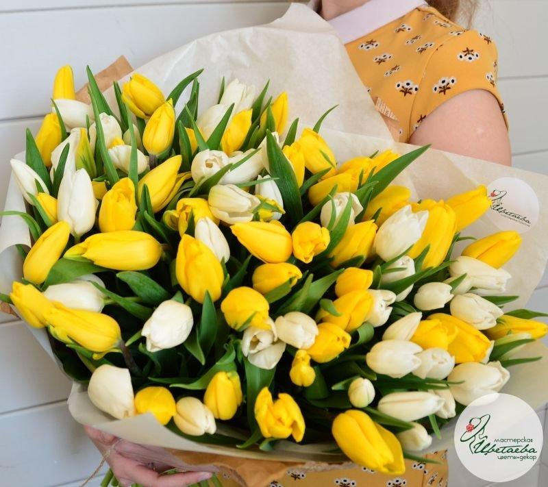 Букет из 101 тюльпана в руках