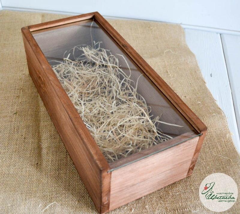 Деревянный ящик со стеклянной крышкой