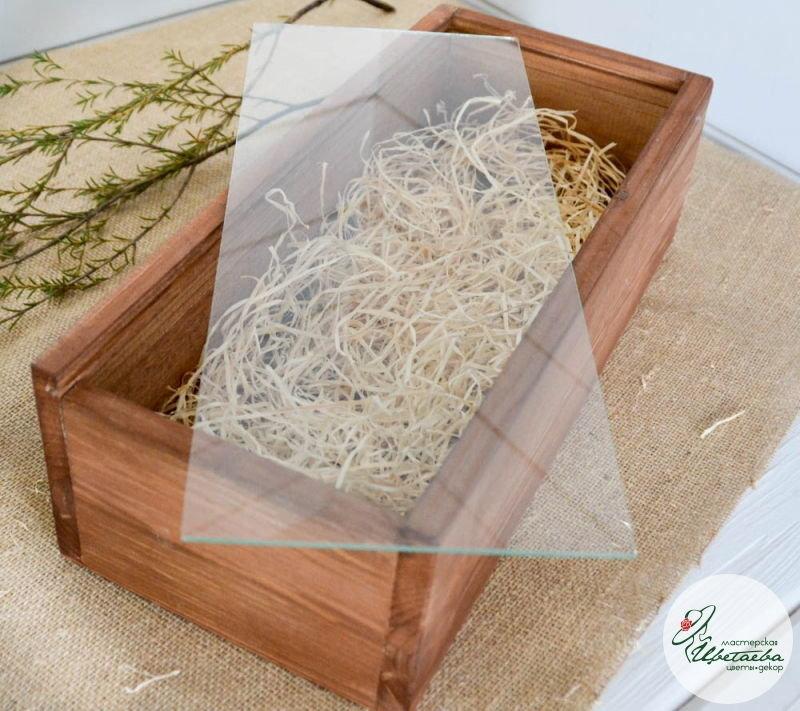 деревянный ящик со стеклянной крышкой открытый