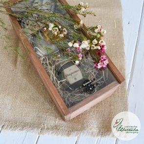деревянный ящик со стеклянной крышкой полная