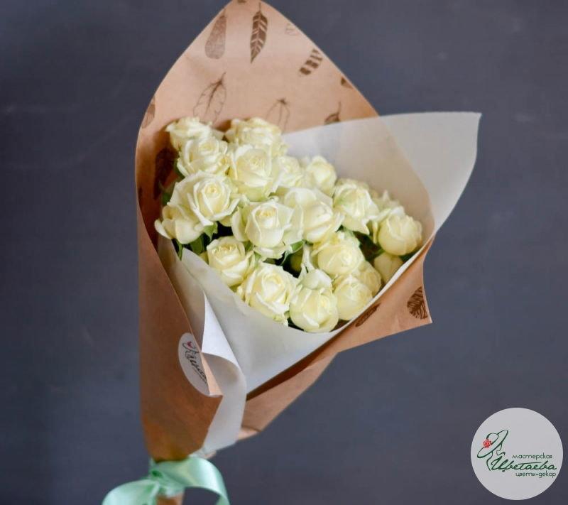 семь кустовых роз в руке