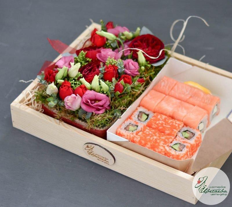 Набор с цветами и роллами