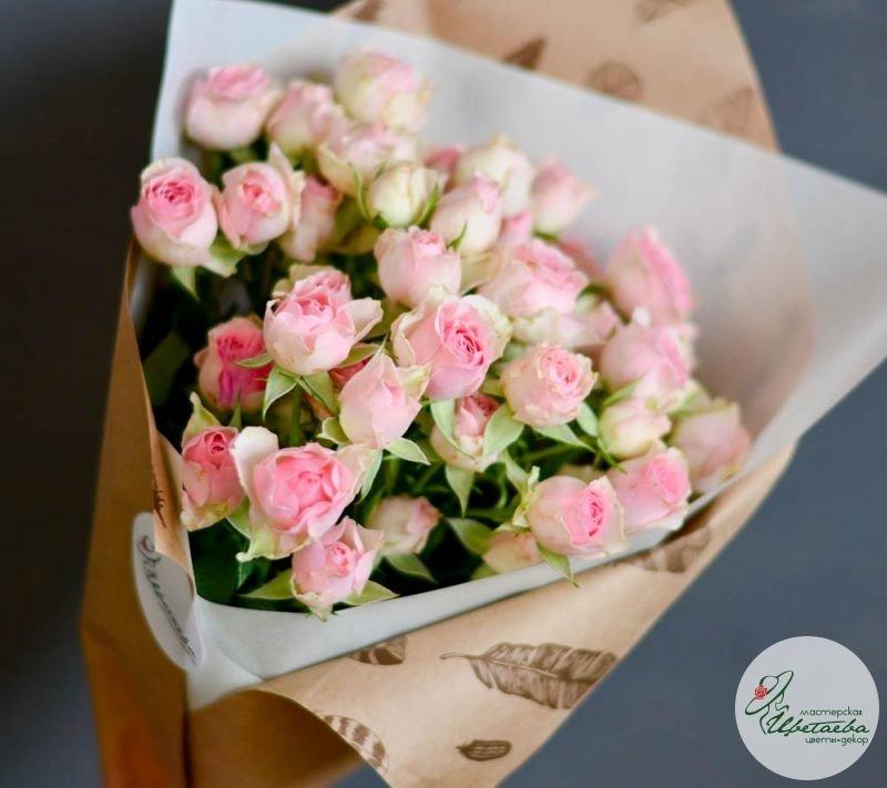 семь кустовых розовых роз