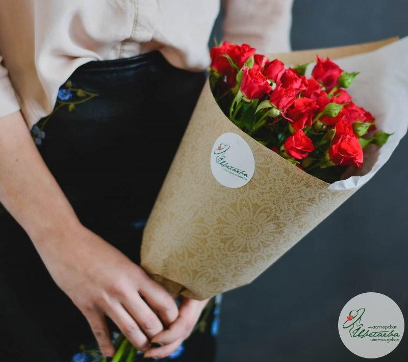 семь кустовых роз в руках