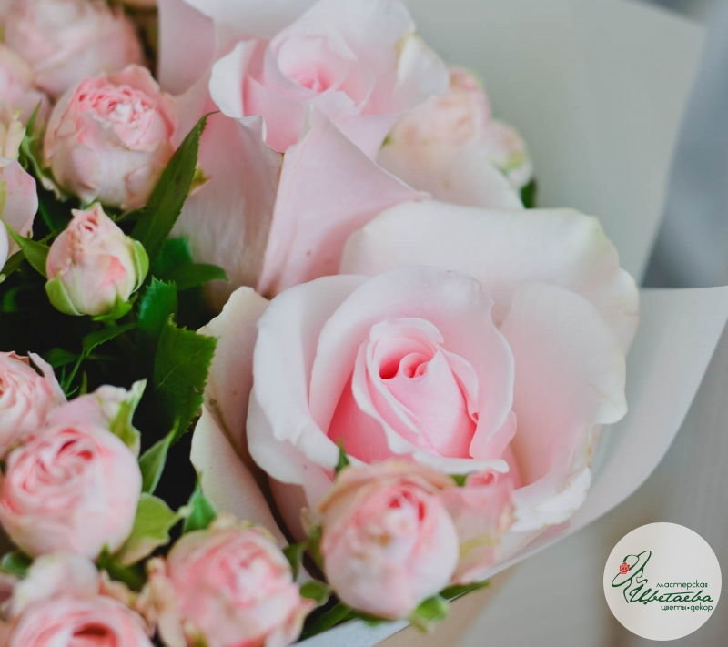купить букет из одиночных и кустовых роз