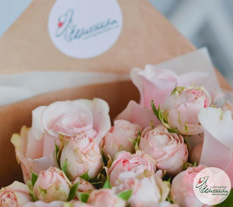 оформить букет из одиночных и кустовых роз