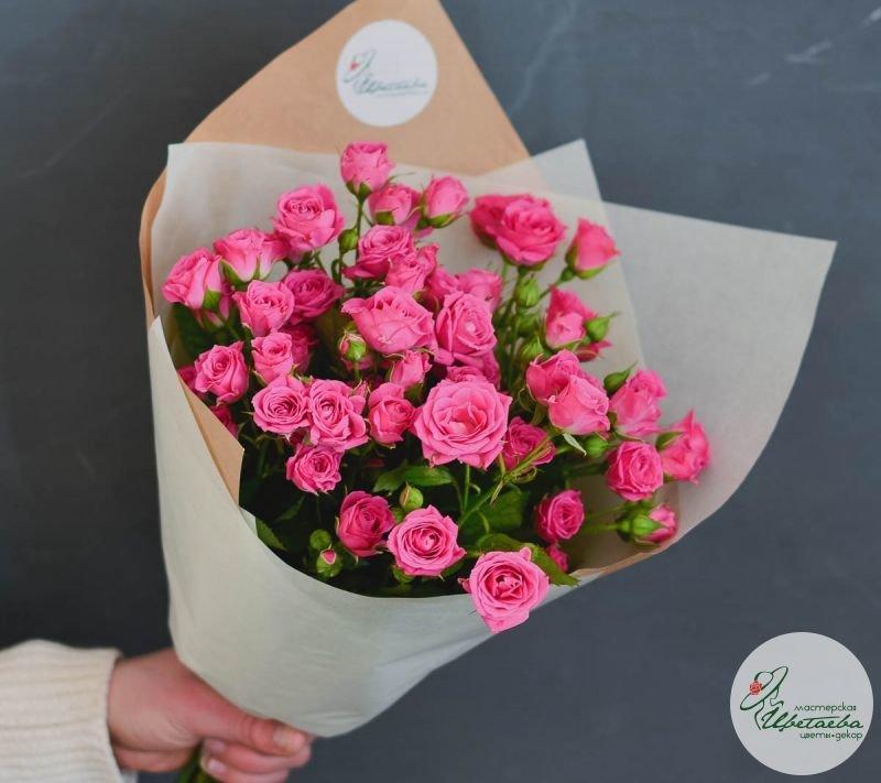 букет из 11 кустовых розовых роз