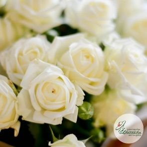 Букет из 9 белых кустовых роз c доставкой в Томске