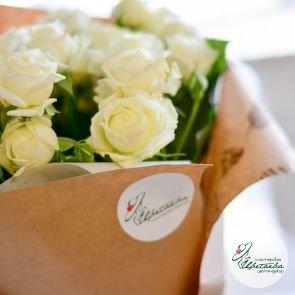 девять кустовых роз с наклейкой