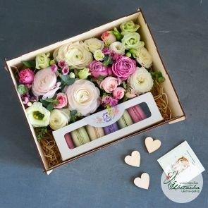 Цветочная композиция с макарунс в фанерном ящике