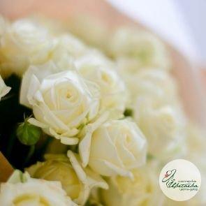 Букет из 7 белых кустовых роз