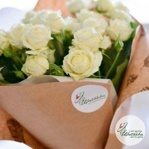 21 белая кустовая роза у окна
