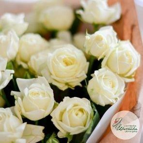 Букет из 25 белых кустовых роз c доставкой в Томске