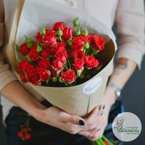 семь красных кустовых роз