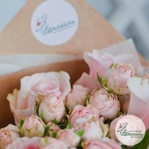 Букет из одиночных и кустовых роз