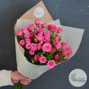Букет из 11 малиновых кустовых роз