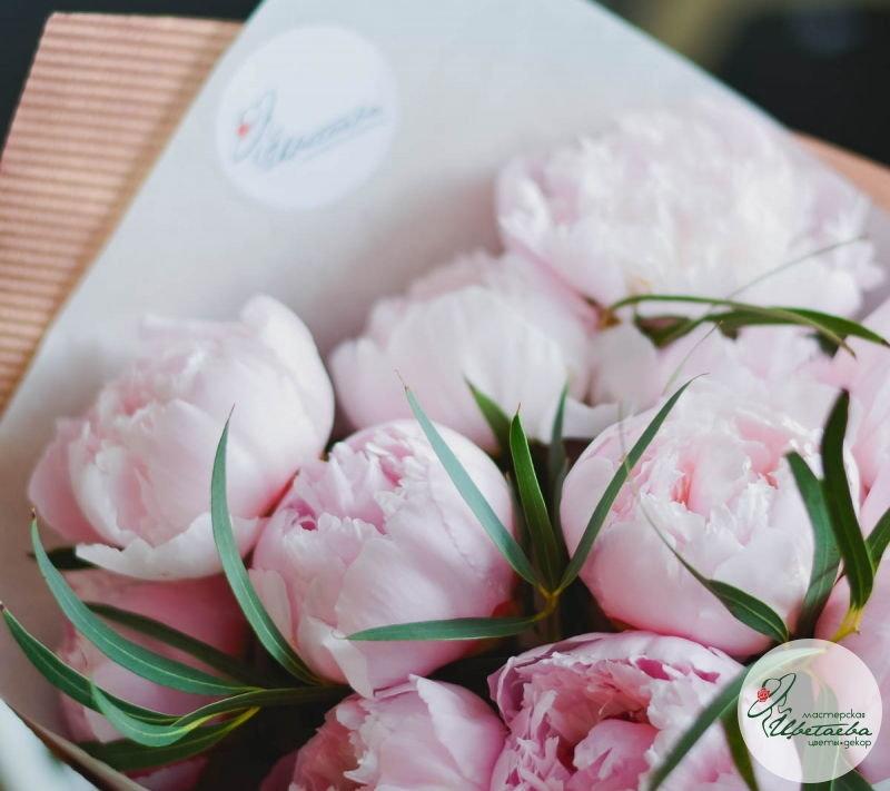 Букет из 11 розовых королевских пионов