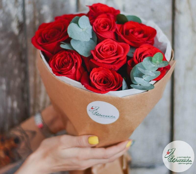 девять красных роз