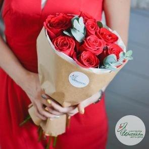 9 роз с зеленью (цвет на выбор)