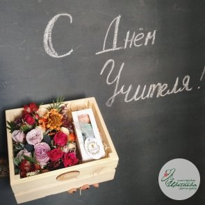 Композиция в ящичке с макарунсами для учителя