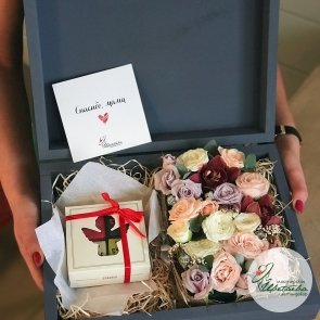 Сундук с цветами и шоколадом от «Лавки Счастье» СПб