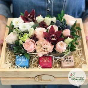 Легендарные конфеты от «лавки Счастья» в деревянном ящичке с цветами