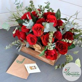 Деревянный ящичек с розами Эквадор и эвкалиптом