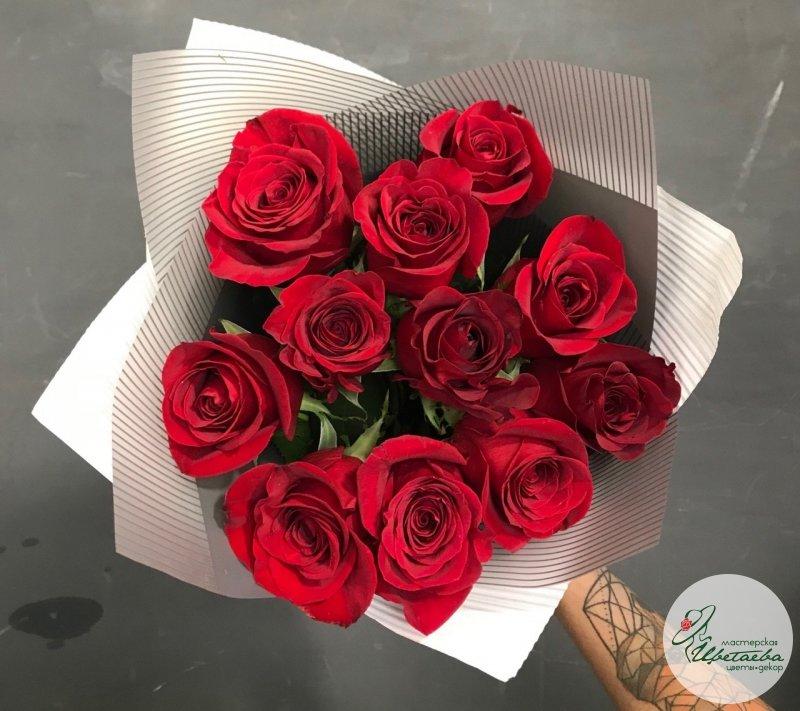 Букет из 11 красных роз вид сверху
