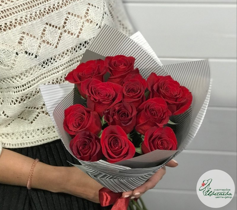 Букет из 11 красных роз в руках девушки